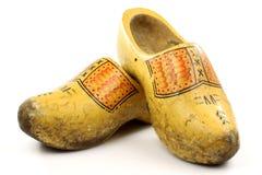 Pares de zapatos de madera amarillos holandeses tradicionales Imagenes de archivo