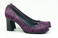 Pares de zapatos de tacón alto violetas femeninos Fotografía de archivo libre de regalías