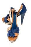Pares de zapatos de tacón alto para mujer en blanco Imagenes de archivo