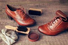 Pares de zapatos marrones en superficie de madera Fotos de archivo libres de regalías