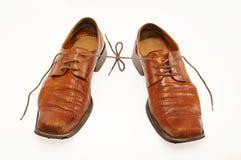 Pares de zapatos masculinos viejos con los cordones conectados Foto de archivo libre de regalías