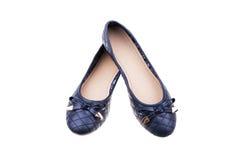 Pares de zapatos planos del ` azul marino de las señoras aislados en el fondo blanco Imagen de archivo