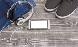 Pares de zapatos, vaqueros, smartphone Imagenes de archivo