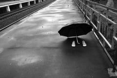 Pares de zapatos y un paraguas Fotos de archivo libres de regalías