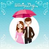 Pares debajo del paraguas junto en la lluvia, ellos mar lluvioso feliz Fotografía de archivo libre de regalías