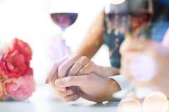 Pares dedicados con las copas de vino Imágenes de archivo libres de regalías
