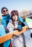 Pares del abarcamiento de los snowboarders Fotos de archivo libres de regalías