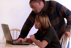 Pares del African-American en el ordenador Foto de archivo libre de regalías
