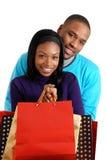 Pares del afroamericano con los bolsos de compras imagen de archivo
