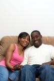 Pares del afroamericano en su sala de estar Imágenes de archivo libres de regalías