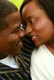Pares del afroamericano que abrazan Foto de archivo libre de regalías