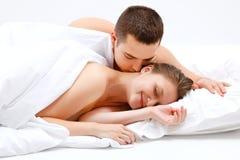 Pares del amante en cama Fotografía de archivo