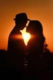 Pares del amante en puesta del sol foto de archivo libre de regalías