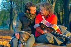 Pares del amor de músicos jovenes Imagen de archivo libre de regalías