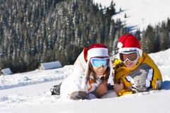 Pares del amor el vacaciones del esquí Imágenes de archivo libres de regalías