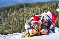 Pares del amor el vacaciones del esquí Fotos de archivo libres de regalías