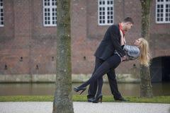 Pares del amor en parque Foto de archivo libre de regalías