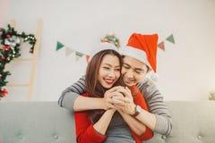 Pares del asiático de la Navidad Familia sonriente feliz en casa que celebra Fotografía de archivo libre de regalías