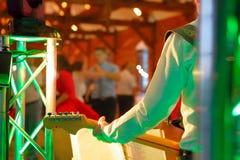 Pares del baile durante la celebración del partido o de la boda con guitari Fotografía de archivo libre de regalías