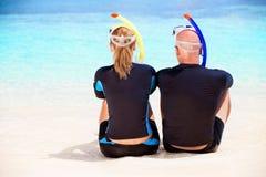 Pares del buceador en la playa Imagen de archivo