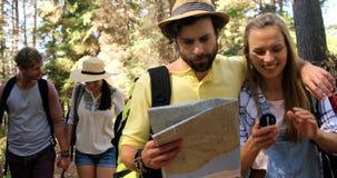 Pares del caminante que caminan y que miran mapas almacen de video