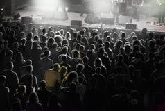 Pares del concierto que abrazan imagenes de archivo