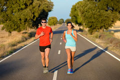 Pares del deporte que corren en camino Fotografía de archivo