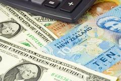Pares del dinero en circulación de los E.E.U.U. y de Nueva Zelandia Fotos de archivo