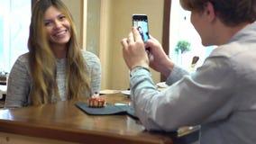 Pares del estudiante que charlan junto en un café almacen de metraje de vídeo