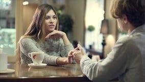 Pares del estudiante que charlan junto en un café almacen de video