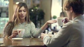 Pares del estudiante que charlan junto en un café metrajes