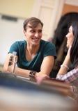 Pares del estudiante que socializan después de clase Foto de archivo