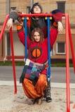 Pares del hippie de la moda de los jóvenes en el oscilación Foto de archivo libre de regalías