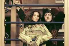 Pares del hippie de la moda de los jóvenes en el patio Fotografía de archivo