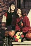 Pares del hippie de la moda de los jóvenes en los pasos Imagen de archivo libre de regalías