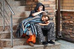 Pares del Hippie en los pasos de progresión Fotografía de archivo libre de regalías