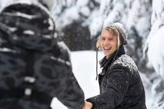 Pares del hombre joven que caminan en la nieve Forest Outdoor Guys Holding Hands Imagenes de archivo