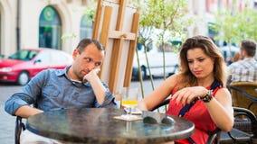 Pares del hombre y de la mujer de la pelea en café. Primer. Foto de archivo libre de regalías
