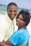 Pares del hombre y de la mujer del afroamericano en la playa Fotos de archivo libres de regalías