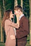 Pares del inconformista de la moda de los jóvenes en amor Imagen de archivo libre de regalías