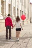 Pares del inconformista de la moda de los jóvenes en amor Imagenes de archivo
