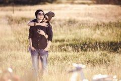 Pares del inconformista de la moda de los jóvenes en amor Foto de archivo libre de regalías