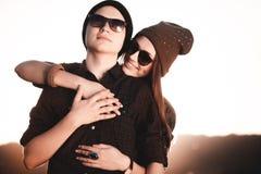 Pares del inconformista de la moda de los jóvenes en amor Foto de archivo