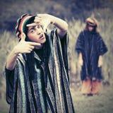 Pares del inconformista de la moda de los jóvenes que caminan en la naturaleza Fotografía de archivo