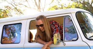 Pares del inconformista que miran fuera de la ventana de la furgoneta almacen de metraje de vídeo