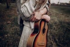 Pares del músico del inconformista que abrazan en el campo, abarcamiento hermoso del hombre Fotos de archivo