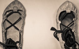 Pares del man& x27; s y woman& x27; s cubre los zapatos del baile con cuero en imagen vertical destacada sepia Foto de archivo libre de regalías
