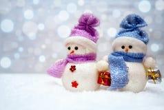 Pares del muñeco de nieve con las bufandas Fotos de archivo