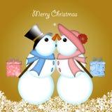 Pares del muñeco de nieve de la Navidad que se besan que dan los regalos Fotografía de archivo libre de regalías