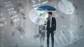 Pares del negocio que soportan un paraguas mientras que llueve el dinero almacen de video